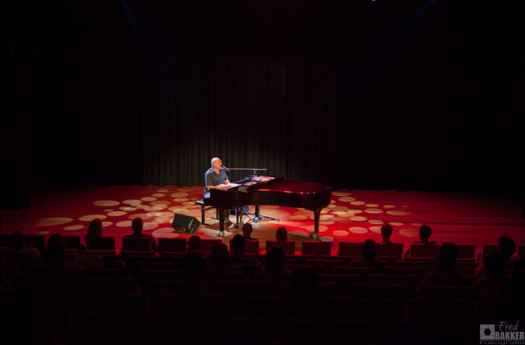 Alexander Broussard speelt Billy Joel